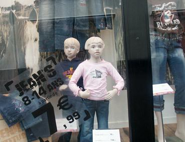 vitrine enfants. Le Mans. photo michel ducruet
