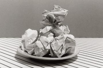 nature morte papier froissé, still life with screwed up papers